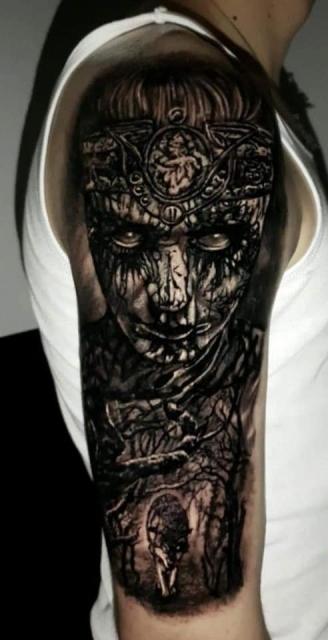 Mutter Natur mit Wolf Tattoo