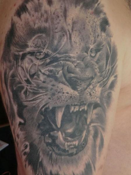 löwe-Tattoo: Löwe im Angriffsmodus
