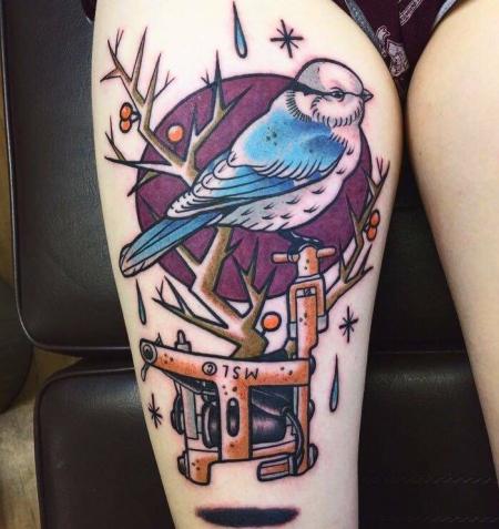 Vogel auf schwebender Tattoo Maschine