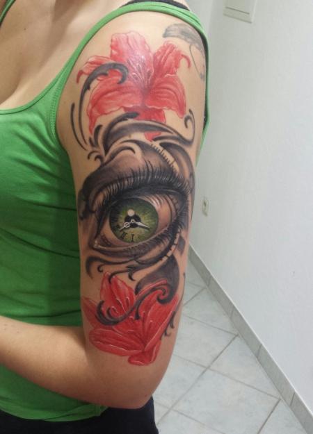 lilien-Tattoo: Rote Lilien und grünes Auge