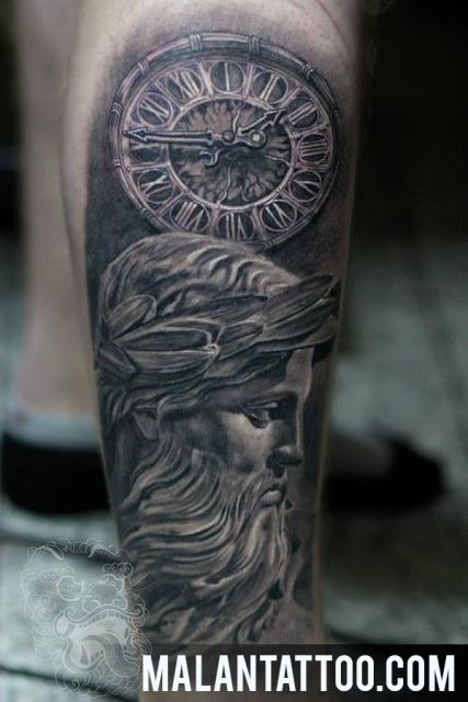 Hiperrealistische Uhr mit Statue