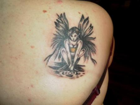 feen-Tattoo: elfe am wasser