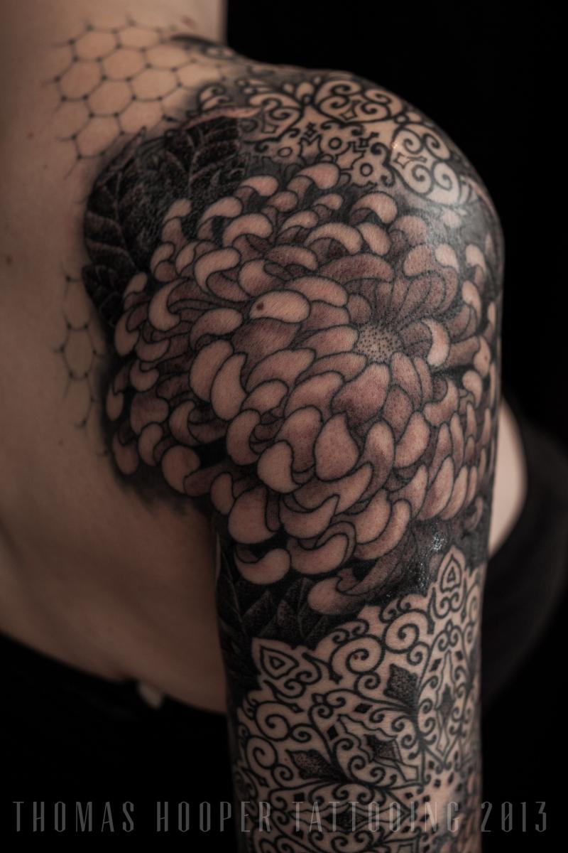 Cover up im stil von thomas hooper tattoo for Lace half sleeve tattoo